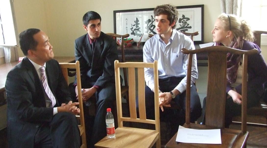 中国のビジネスマンから意見を伺う高校生ボランティアたち
